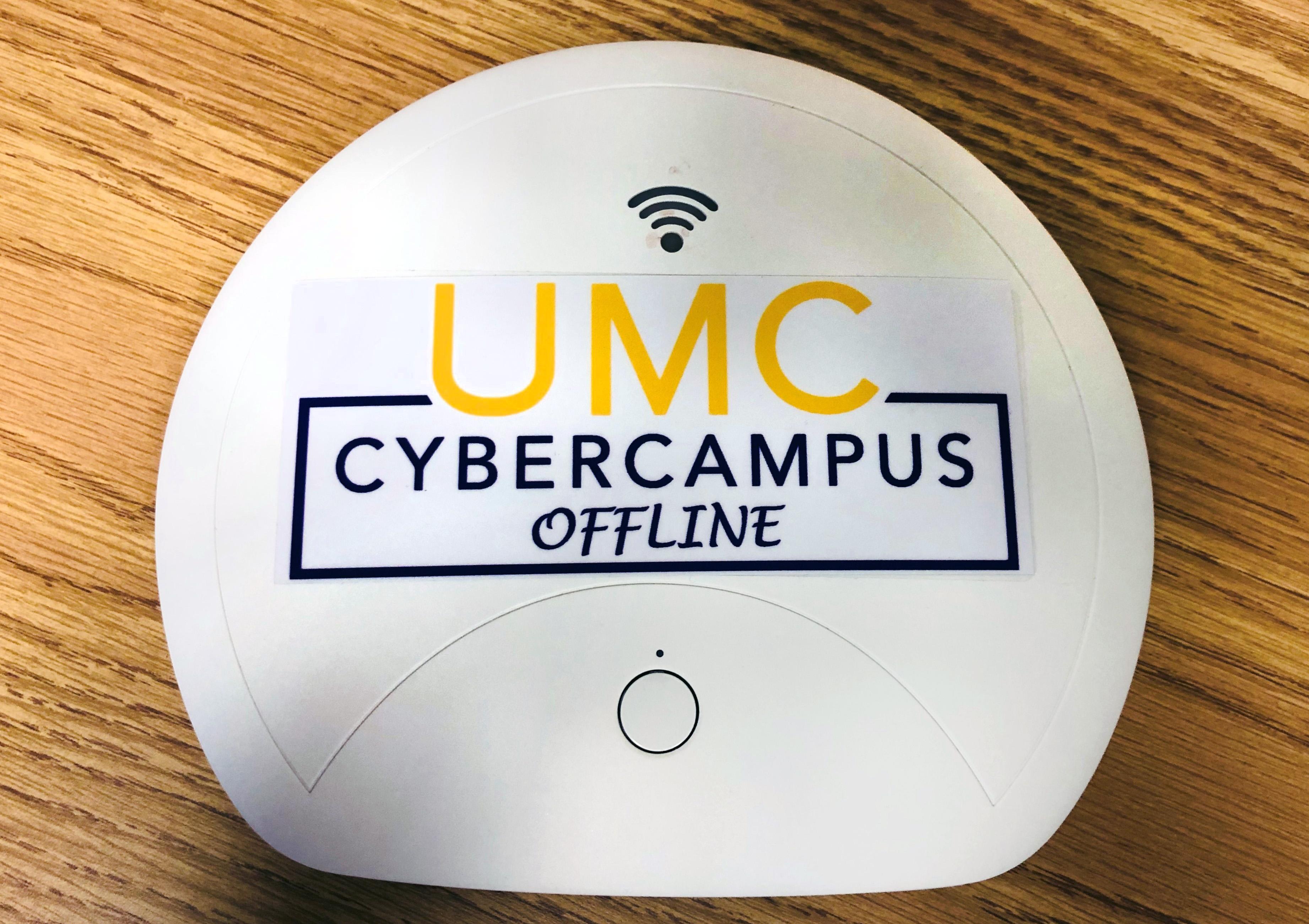 """O dispositivo de ponto de acesso portátil """"UMC Cyber Campus Offline"""" fornece materiais educacionais digitalizados para áreas sem acesso à Internet.Foto do Rev. HiRho Park, Conselho Metodista Unido de Ensino Superior e Ministério."""