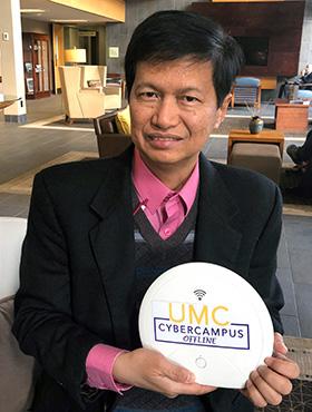 L'évêque Pedro M. Torio Jr. de la région de Baguio aux Philippines montre le premier dispositif de cyber-campus hors ligne de l'Église Méthodiste Unie, qu'il a reçu pour sa région en novembre. Ce gadget est conçu pour les Méthodistes Unis qui ont un accès limité à Internet et qui vivent loin des écoles, des séminaires et des universités de l'Église. Photo du Révérend HiRho Park, GBHEM.