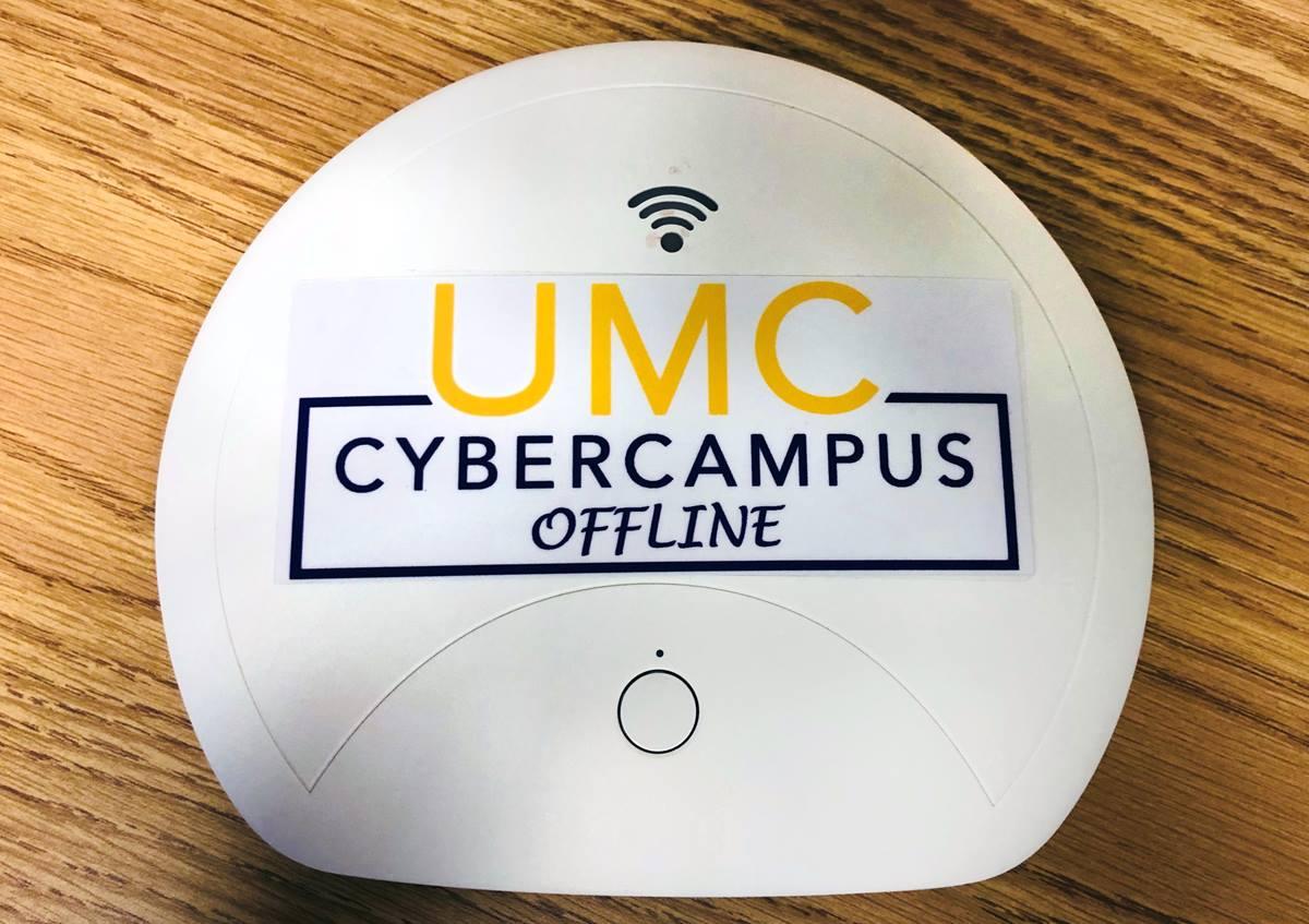 Le dispositif portable « UMC Cyber Campus hors ligne » fournit du matériel éducatif numérisé aux régions qui n'ont pas accès à Internet. Photo du Révérend HiRho Park, GBHEM.