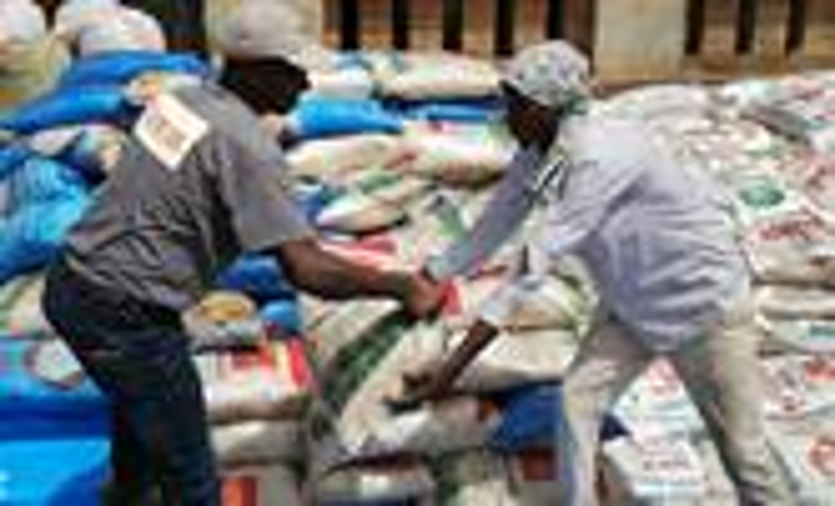 Jean Tshomba, coordinateur du Bureau de gestion des catastrophes d'UMCOR dans l'Est du Congo, remet un sac de farine à l'un des bénéficiaires lors de la distribution de nourriture dans le district ecclésiastique de Lubutu fin novembre 2019. UMCOR a fourni une aide humanitaire aux personnes déplacées par la guerre dans la région. Photo fournie par le Bureau de gestion des catastrophes d'UMCOR de l'Est du Congo.