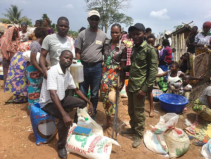Mamy Liata, avec une béquille, et sa famille font partie des personnes déplacées par la guerre dans l'Est du Congo qui ont reçu une aide humanitaire de l'Église Méthodiste Unie. Photo fournie par le Bureau de gestion des catastrophes d'UMCOR de l'Est du Congo.
