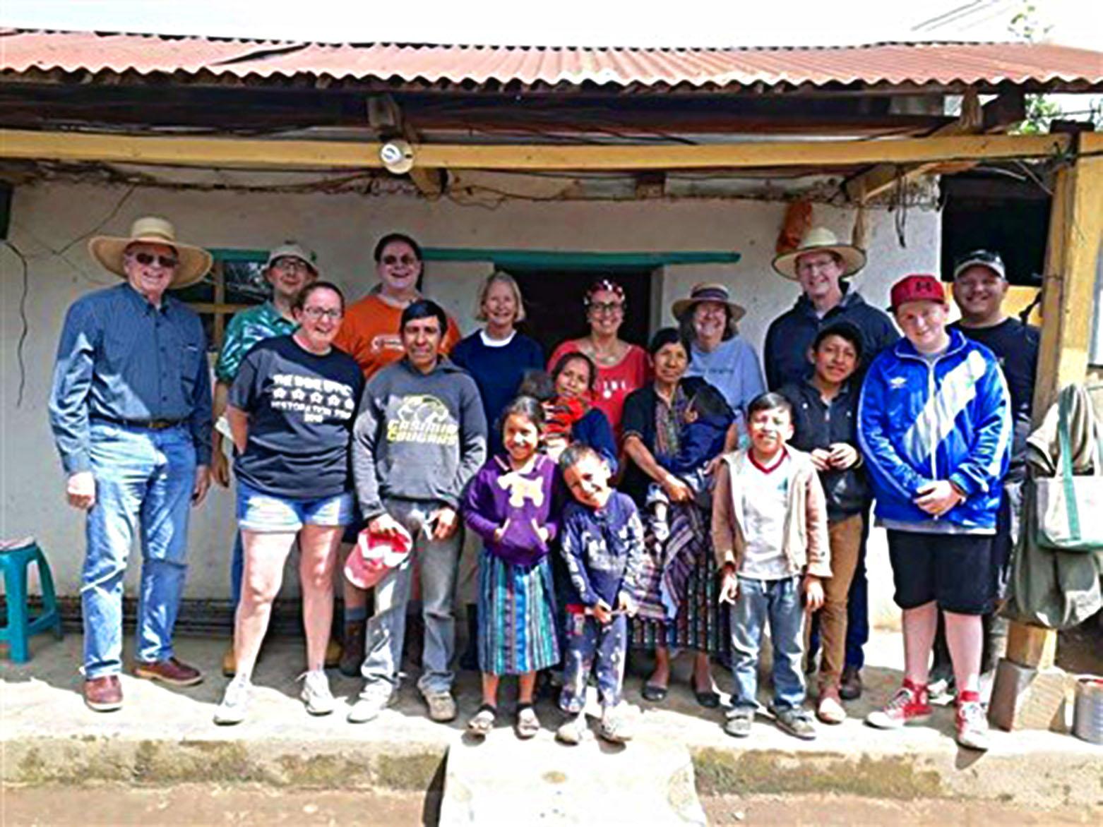 Este año, TUMC se asoció con la Iglesia Metodista Unida Tallahassee Heights para ayudar a construir la casa de Gustavo y su familia. Foto cortesía de la Conferencia Anual de Florida.