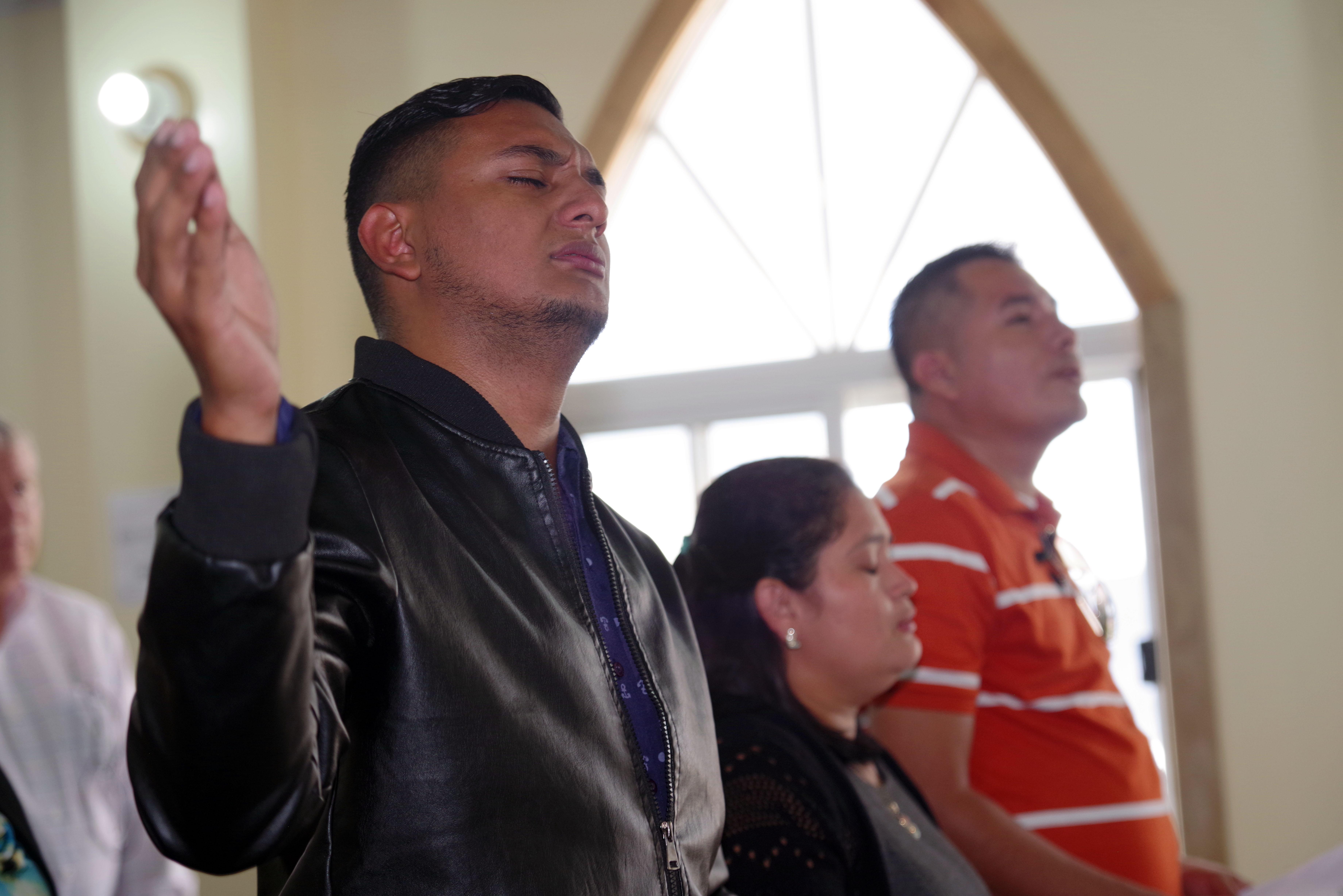 Líderes clericales y laicos/as de la misión, renovaron su compromiso de servicio a la iglesia, durante el momento de los nombramientos y asignaciones pastorales en el culto de clausura. Foto Rev. Gustavo Vasquez, Noticias MU.