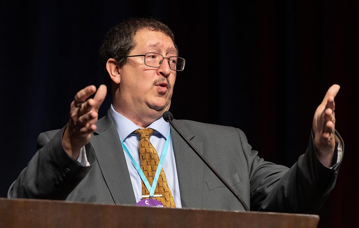 게리 그레이브스 목사가 1월 23-25일 내쉬빌에서 열린 총회 브리핑에서 보고를 하고 있다. 사진, 마이크 두보스, 연합감리교뉴스.