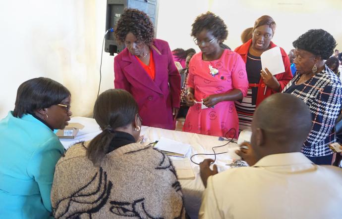 Des femmes font la queue pour contribuer à la construction de la Barrington Christian School à Harare, au Zimbabwe, lors d'une célébration de son lancement. L'école, qui sera gérée par des femmes Méthodistes Unies, devrait ouvrir ses portes au début de l'année 2021. Photo de Kudzai Chingwe, UM News.