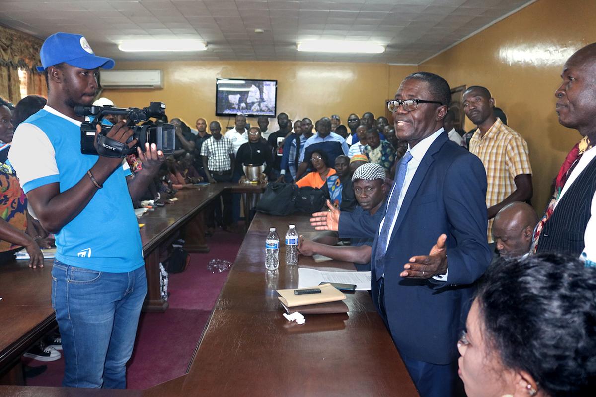Le Révérend Solomon Rogers s'adresse à une foule réunie pour une cérémonie spéciale le 15 janvier à l'ouest de Freetown, en Sierra Leone. L'événement marque la fin d'un conflit foncier de sept ans entre la Conférence de l'Église Méthodiste Unie de Sierra Leone et la communauté voisine de Masantigie. Photo de Phileas Jusu, UM News.