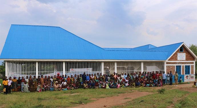 Des femmes et des jeunes posent pour une photo après une session de formation dans le nouveau centre professionnel géré par les Méthodistes Unis à Fizi, au Congo. Le centre propose des cours d'alphabétisation, ainsi que des cours de couture, de cuisine et de fabrication de savon. Photo de Philippe Kituka Lolonga, UM News.