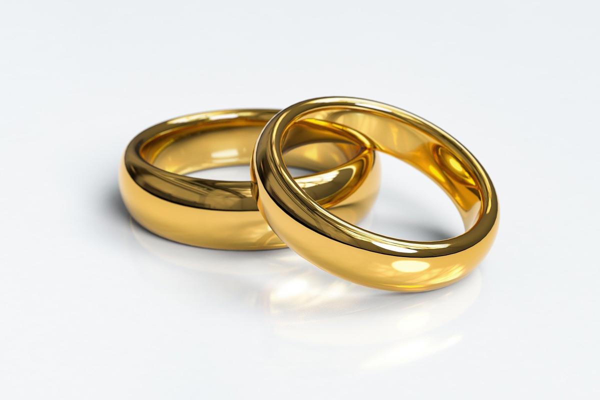 """Dos anillos simbolizan la unión matrimonial. Al menos 466 clérigos/as metodistas unidos/a han acordado ser parte del grupo """"Ritos Matrimoniales"""", cuyo objetivo es conectar a las parejas LGBTQ con personas metodistas unidas que tengan licencia para oficiar bodas, bien sean clérigos/as o laicos/as. Foto cortesía de Arek Socha, Pixabay."""