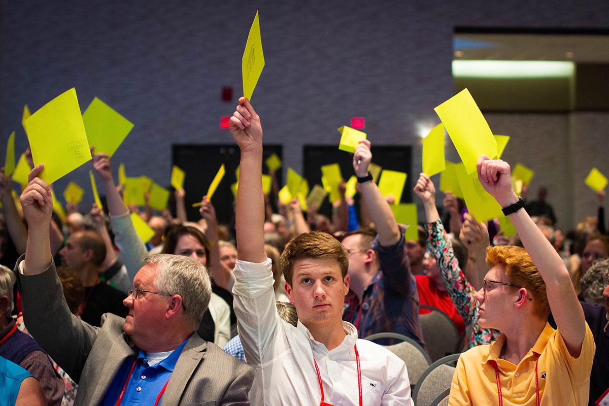 """Los/as miembros de la Conferencia Anual de Michigan votan sobre la legislación en junio de 2019. La misma conferencia fue convocada a una sesión especial el próximo 7 de marzo para considerar si la legislación para el """"Protocolo de Reconciliación y Gracia a través de la Separación"""" se presentará mayo a la Conferencia General 2020. Foto de archivo de Jonathan Trites, Comunicaciones de la Conferencia Anual de Michigan."""