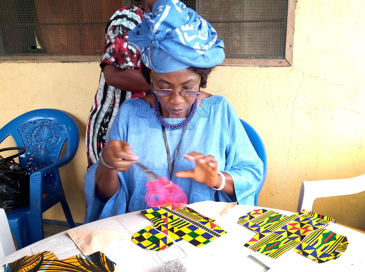 Une membre de l'Organisation des Femmes Méthodistes Unies apprend à fabriquer des serviettes hygiéniques en tissu lors de la réunion annuelle du groupe à Camphor Mission, au Liberia. Les femmes ont lancé un nouveau programme pour fabriquer localement des serviettes hygiéniques réutilisables, afin que les filles des zones rurales n'aient pas à manquer l'école pendant leur cycle menstruel. Photo de Michael Boegley, département des communications de l'Église Méthodiste Unie du Libéria.