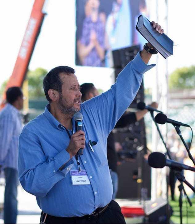 Pastor Herman Perez en un evento al aire libre. Foto cortesía de la página de Facebook de Herman Pérez.