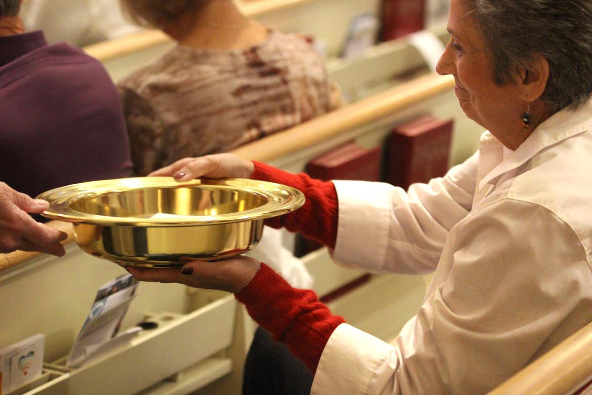 아이다호 보이스의 보이스 연합감리교회 교인이 헌금을 드리고 있다. 사진 제공, 연합감리교회 공보부.