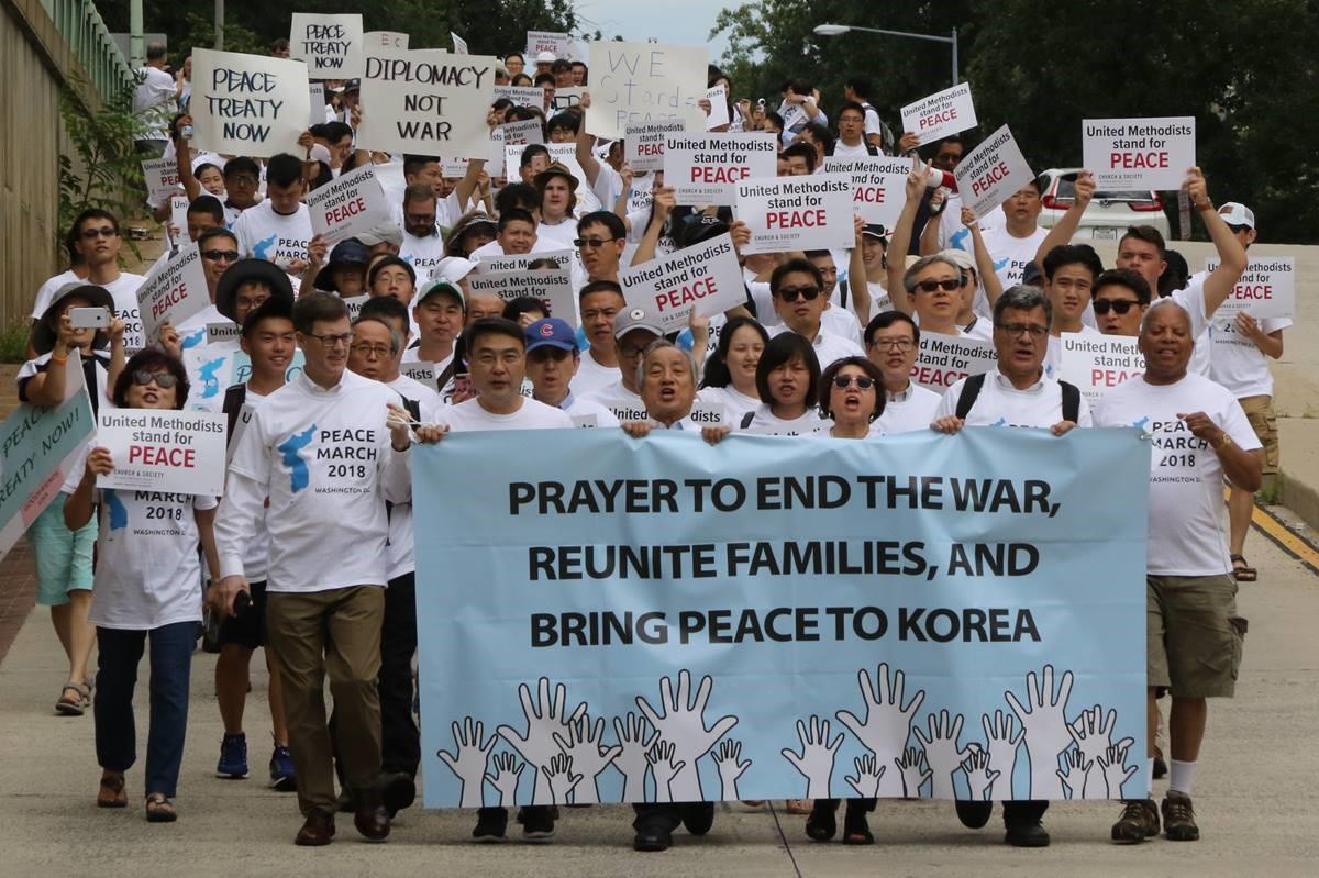 2018년 8월 와싱톤 DC에서 열린 평화축제 참석자들이 한반도에서의 전쟁 중단과 가족 상봉 그리고 한반도의 평화를 위한 기도를 촉구하며 행진하고 있다. 사진 김응선 목사, 연합감리교뉴스.