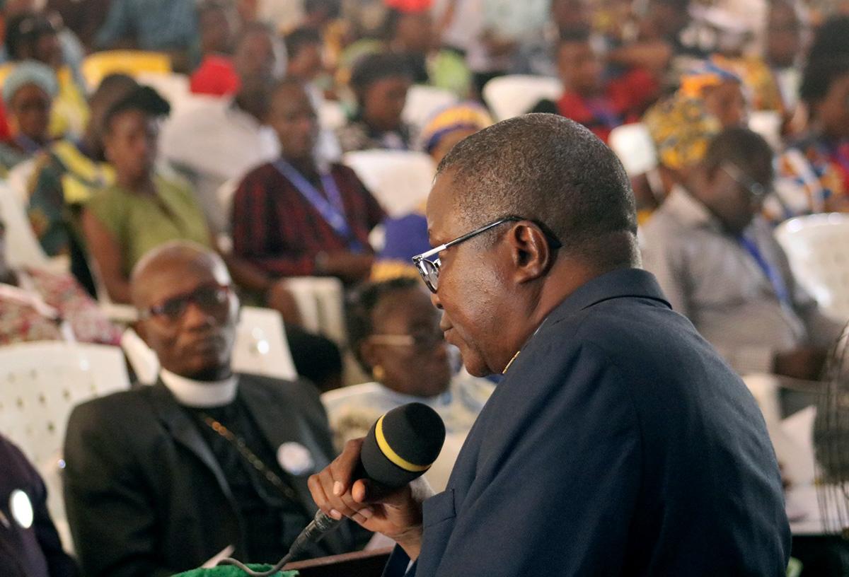 사무엘 퀴레 주니어 감독이 라이베리아의 간타에서 열린 라이베리아 연회를 주재하고 있다. 라이베리아 연회는 2020년 연합감리교회 총회에 제출될 <결별을 통한 화해와 은혜의 의정서>의 내용 변경을 요구하는 결의안을 통과시켰다. 사진, 줄루 스웬, 연합감리교뉴스.