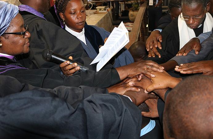 Revma. Bispa Joaquina Nhanala, apoiada por superintendentes e outros clérigos, durante a ordenação de presbíteros na Conferência anual do Sudente. Foto de Joao Sambo.