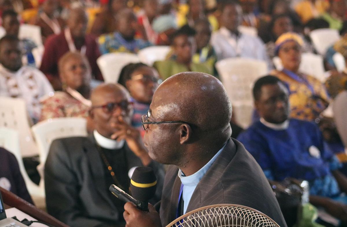 O Rev. Jerry Kulah apresenta uma resolução pedindo mudanças no Protocolo de Reconciliação e Graça através da Separação durante a Conferência Anual da Libéria, em meados de fevereiro. A Africa Initiative (Iniciativa África), um grupo de defesa em que Kulah atua como coordenador geral, anunciou em 27 de fevereiro que está endossando a legislação do protocolo. Foto de arquivo de E Julu Swen, Notícias MU.