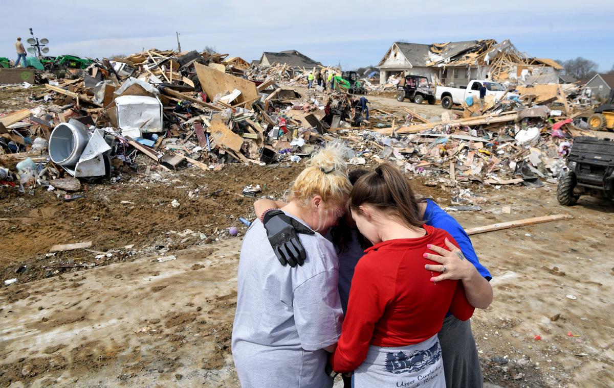 Lindsey Holloway y Melody Montgomery abrazan y oran por Donna Barnett y su hija Jessica Garrett el miércoles 4 de marzo de 2020 en Cookeville, Tennessee, luego de que un tornado impactara su comunidad la madrugada del 3 de marzo. Foto cortesía de © Shelley Mays / The Tennessean - USA TODAY Network a través de Imagine Content Services, LLC.