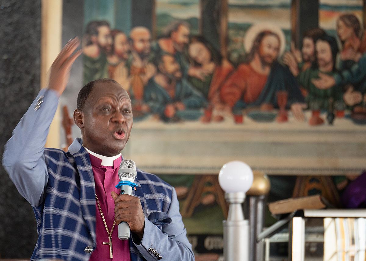 O bispo John K. Yambasu preside uma sessão da conferência da Serra Leoa na cidade de Koidu, Serra Leoa. Os delegados endossaram um plano de separação amigável para a Igreja Metodista Unida e votaram em enviá-lo à Conferência Geral em maio. Foto de Kathy L. Gilbert, Notícias MU.