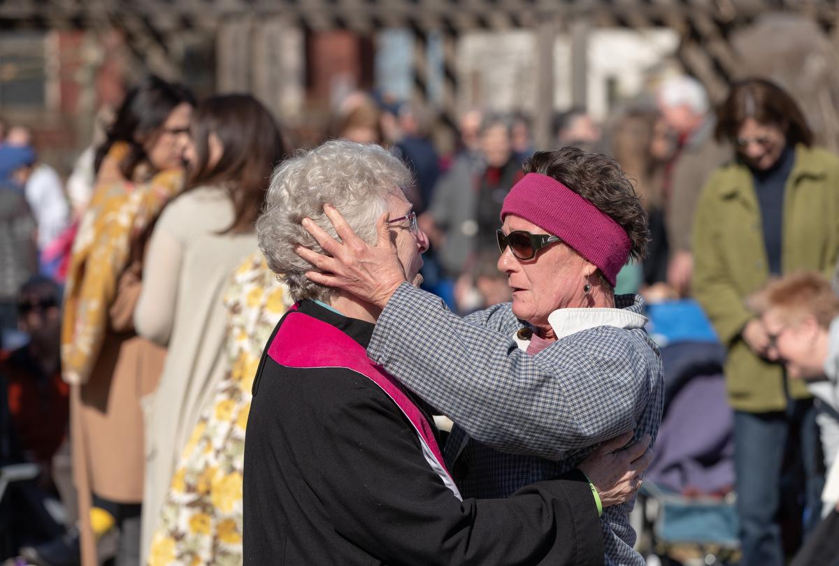 Rita Wigger (derecha), miembro de la IMU Esat End, abraza a la Revda. Judi Hoffman durante un servicio de adoración que realizaron al aire libre, en el parque adyacente al templo de la iglesia que fue afectado por los tornados e impactaron la zona este de Nashville, el pasado 3 de marzo. Foto por Mike DuBose, Noticias MU.