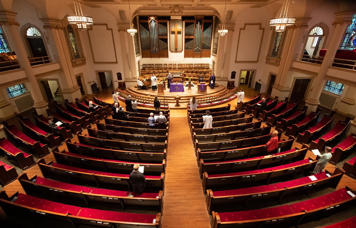 2020년 3월 15일 일요일, 테네시주 내쉬빌에 있는 벨몬트 연합감리교회가 코로나바이러스로 인해 비디오 생중계를 통해 집에서 예배하도록 권고한 후, 예배당의 대부분 자리가 비어진 채 예배를 드리고 있다. 사진, 마이크 두보스, 연합감리교뉴스.
