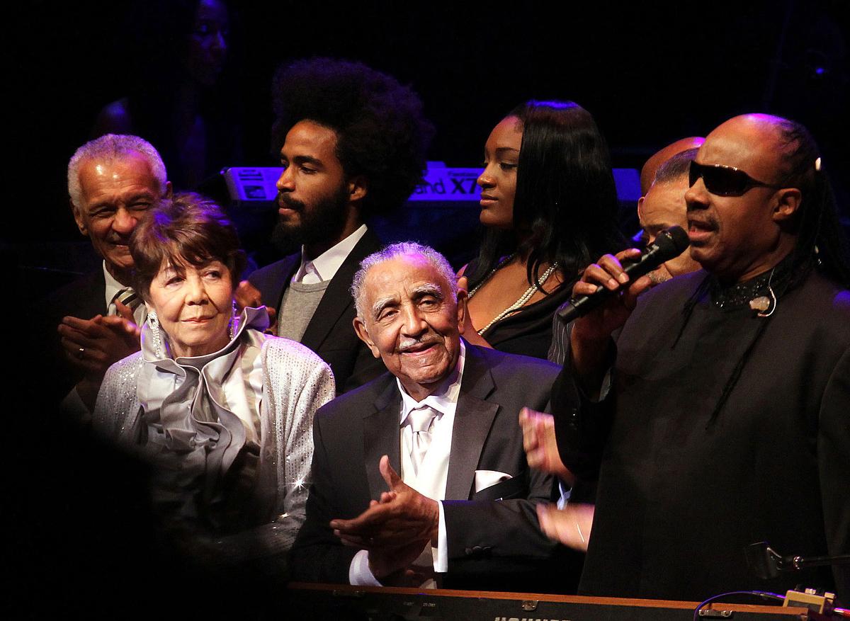 O Rev. Joseph E. Lowery (centro) comemora seu 90º aniversário com uma música do artista Stevie Wonder (à direita) no Atlanta Symphony Hall em outubro de 2011. Ao lado de Lowery está sua esposa Evelyn, que morreu em 2013. Joseph Lowery morreu em 27 de março. Ele tinha 98 anos. Foto de arquivo de Kathleen Barry, Notícias MU.