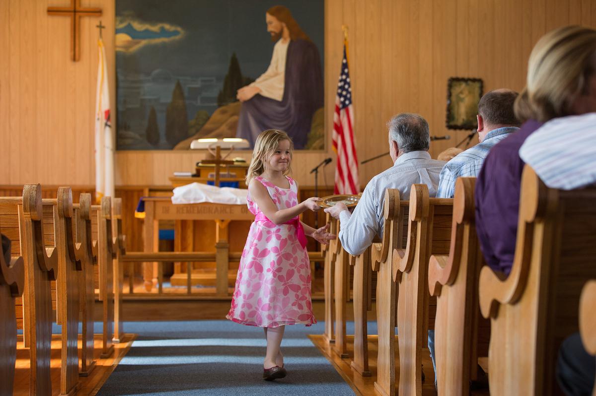 Elizabeth Knotts recolhe a oferta na Igreja Metodista Unida de New Hope Valley, em Valley Furnace na Virgínia Ocidental (Washington), em 2015. As igrejas estão lidando com finanças apertadas neste momento de cultos suspensos e negócios fechados por causa do COVID-19. Ainda assim, a doação continua. Foto de arquivo por Mike DuBose, Notícias MU.