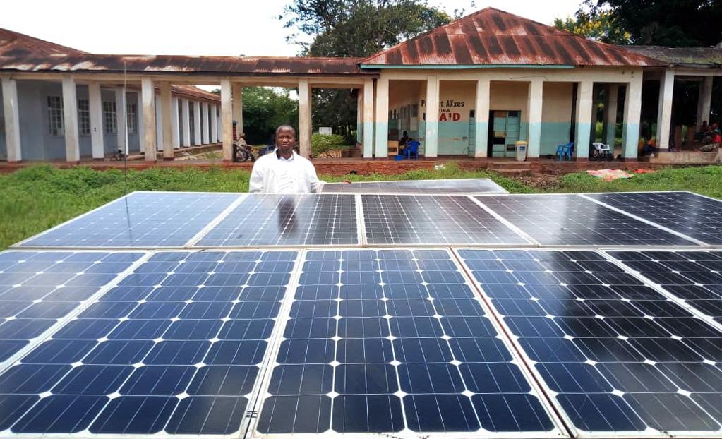 Le Dr Joseph Kayembe Katongola se tient devant la nouvelle station de panneaux solaires de l'hôpital Méthodiste Uni de Kabongo. Les médecins de l'hôpital de Kabongo, en RD Congo, opéraient à la lumière des bougies avant que le système ne soit installé au début de l'année. Photo de Faustin Kabila Mande.