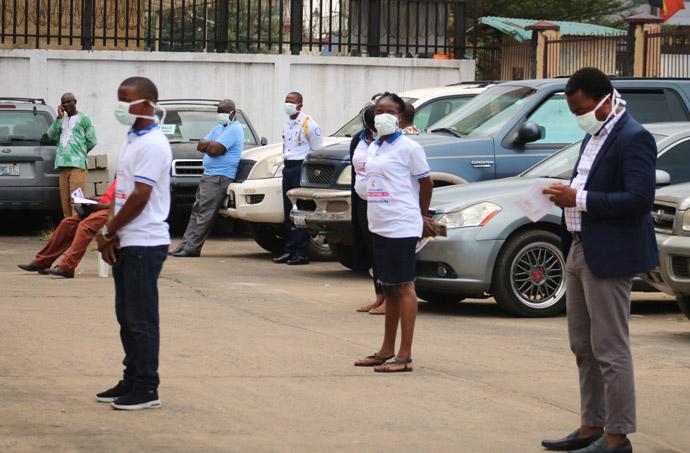 Les participants observent les nouvelles règles de la distanciation sociale lors du lancement de la campagne et la mise en place d'une force opérationnelle anti COVID-19 de l'Église Méthodiste Unie à Sinkor, au Liberia, près de Monrovia. Photo de E Julu Swen, UM News.