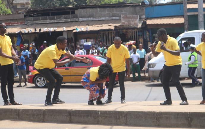 Des jeunes adultes Méthodistes Unis dans l'Est de Freetown, en Sierra Leone, jouent un sketch le 25 mars pour partager des informations sur le coronavirus. La campagne - parrainée par le Département des Missions et du Développement de la conférence de la Sierra Leone - visait à être prêt, à prévenir, contrôler et rejeter les stigmatisations et les mythes concernant la pandémie. Photo de Phileas Jusu, UM News.