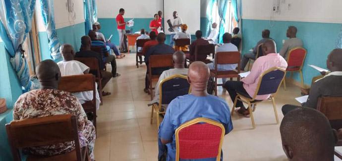 Les Méthodistes Unis pratiquent la distanciation sociale lors d'une réunion au siège de l'Eglise à Jalingo, au Nigeria. Cette réunion, à laquelle ont participé des surintendants de district, des pasteurs et d'autres responsables d'église, a été organisée par l'hôpital Méthodiste Uni de Jalingo pour sensibiliser les populations au COVID-19. Photo du Révérend Ande Emmanuel, UM News.