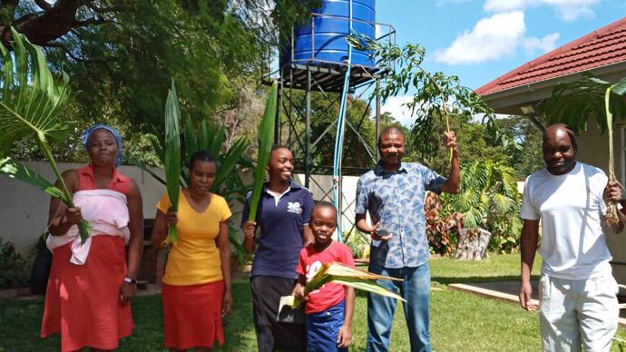 La famille Mushambi célèbre le Dimanche des Rameaux chez elle à Harare, au Zimbabwe, pendant les 21 jours de confinement du pays en raison de la pandémie de coronavirus.