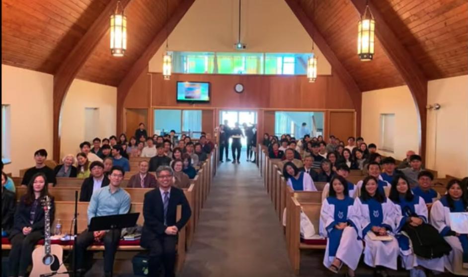 2019년 블루밍턴 교회 38주년 감사예배(2부)에 참석한 교인들과 함께 찍은 사진. 사진 제공, 안성용 목사, 블루밍턴 한인연합감리교회