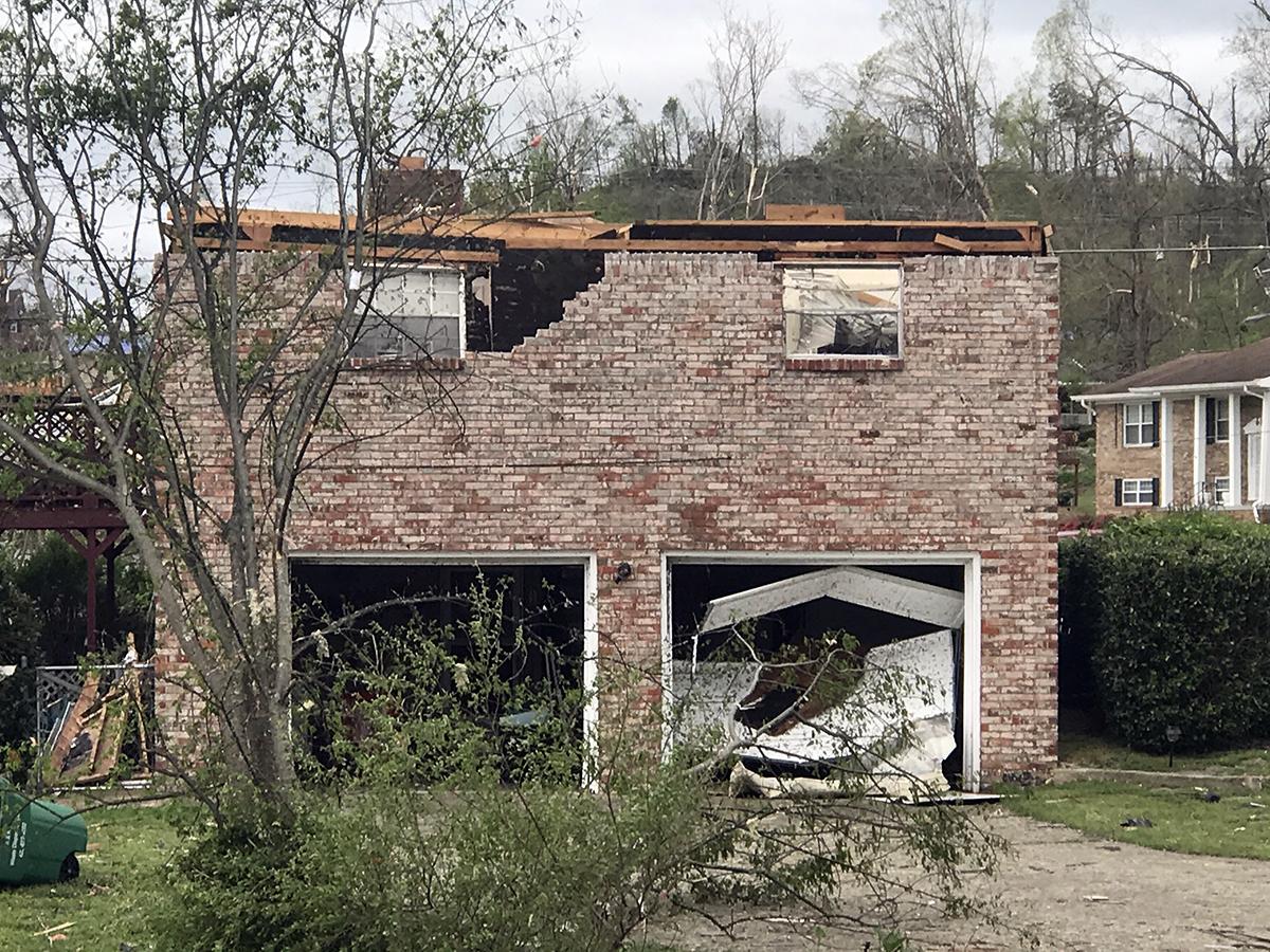 El Rev. Adam McKee y Charlotte McKee viven en un hotel mientras se repara su casa, pero dijeron que muchas de las casas de sus vecinos (como se muestra en la imagen) fueron destruidas. Foto cortesía de la Conferencia Anual de Holston.