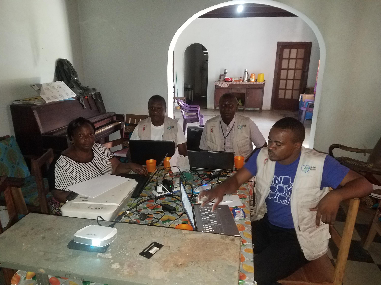 Dr. Samuel Longanga Lenga, (à droite), coordonnateur de Imagine No malaria (INM) se réunit avec les superviseurs des conférences annuelles Wembo nyama et Diengenga en vue d'améliorer les données statistiques des établissements de santé. Global Health est un programme de renforcement du système de santé dans la Région Épiscopale du Congo Central.