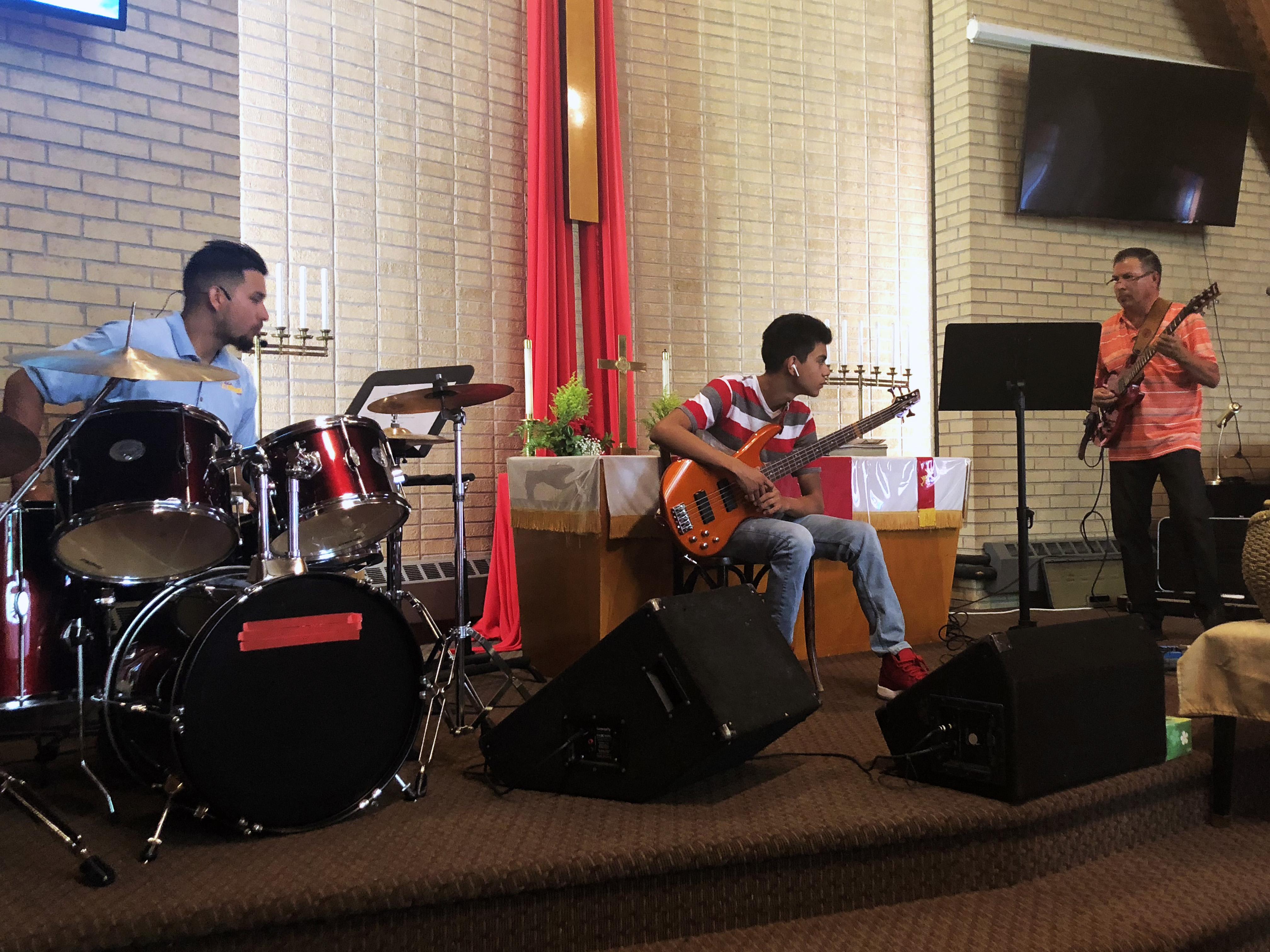El talento por la música lo compartió con sus hijos Rafael Jr.(izquierda) y Juan Pedro (centro) , a quienes enseñó a tocar varios instrumentos, para integrar el grupo de alabanza de la iglesia. Foto cortesía de la familia Luna.