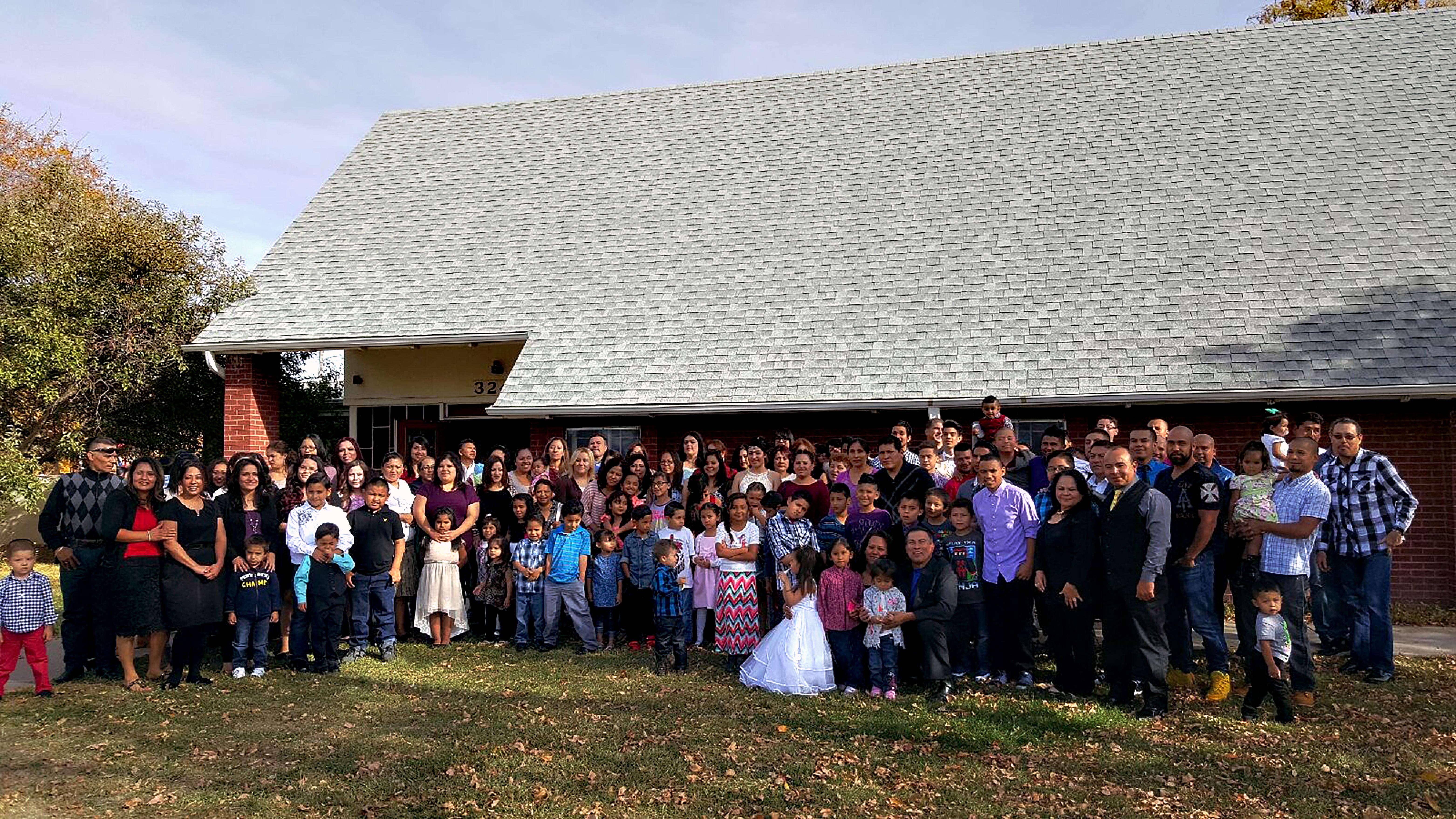 """Miembros de la congregación del Centro Cristiano de Alabanza """"El Remanente"""" de la Iglesia Metodista Unida. Foto cortesía de la familia Luna."""