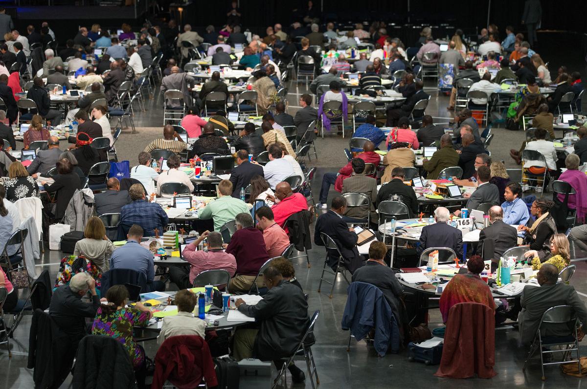Los/as delegados/as consideran las propuestas legislativas durante la Conferencia General Metodista Unida de 2016 en Portland, Oregón. Después del aplazamiento causado por la pandemia, las fechas propuestas para la próxima Conferencia General son del 31 de agosto al septiembre. 10 de 2021. Foto de archivo de Mike DuBose, Noticias MU.