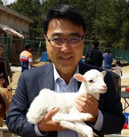 김정호 목사가 페딩주에 방문하여 어린양을 들고 있다. 사진 제공, 김정호 목사.