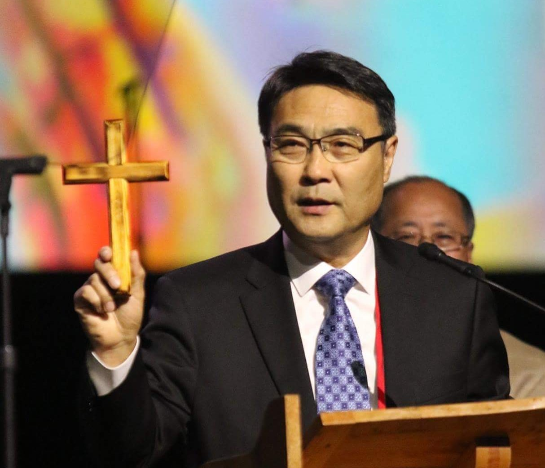 김정호 목사가 설교 중 십자가를 들어 보이고 있다. 사진 제공, 김정호 목사.