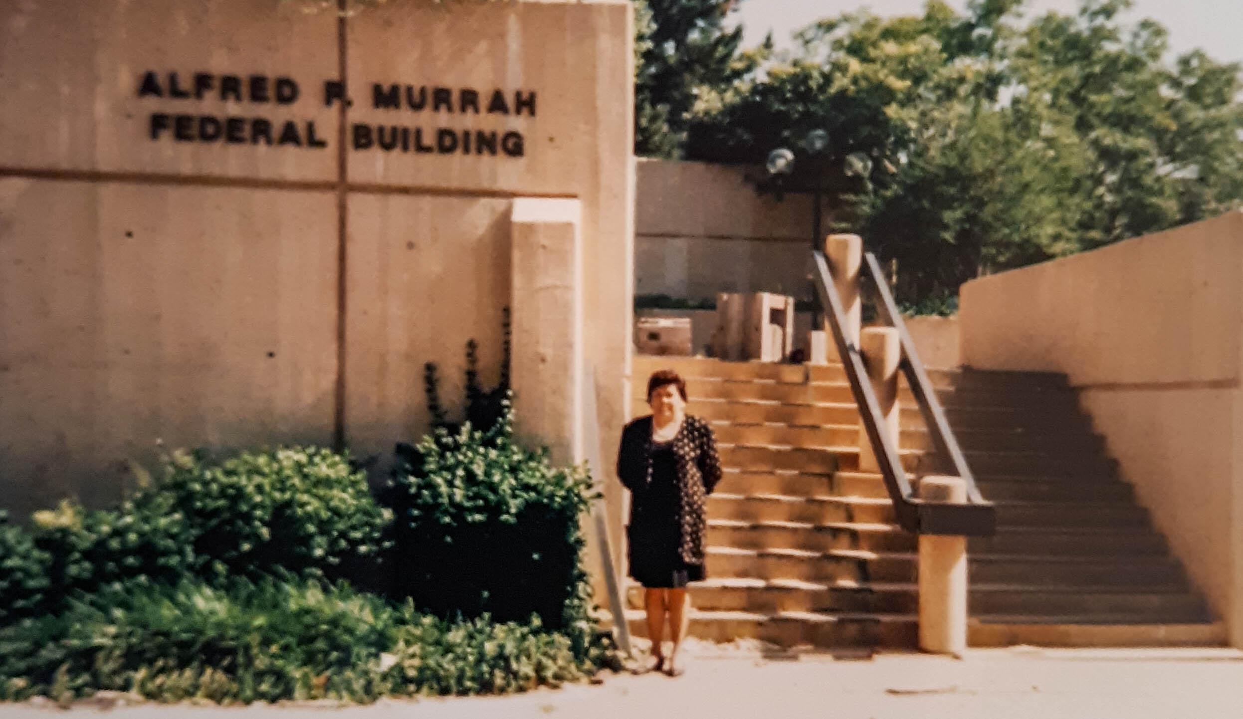 Anne Marshall em frente ao Edifício Federal Alfred P. Murrah, centro do ataque terrorista de 1995. Marshall é um membro ativo da Igreja Metodista Unida de Wewoka na Conferência Indígena Missionária Anual de Oklahoma. Ela é uma delegada da Conferência Geral Metodista Unida de 2021. Foto cortesia da Conferência Anual Missionária Indígena de Oklahoma