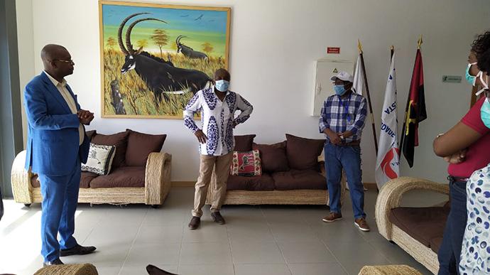 Le Révérend Manuel André, administrateur de l'Université Méthodiste d'Angola et représentant de l'Evêque Gaspar Domingos, accueille les membres du gouvernement sur le campus de Cacuaco. Photo de Orlando da Cruz, UM News.