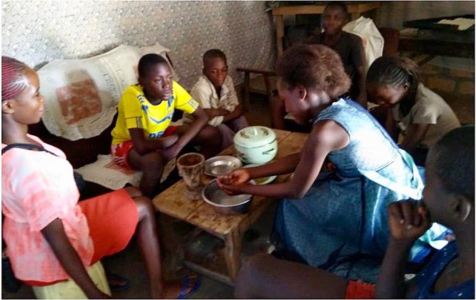 Les enfants de la famille Mumba se lavent les mains dans le même bol avant de passer à table. En RDC, le partage de la nourriture dans le même bol est un symbole de fraternité et de relations profondes. Photo du Rév. Mumba Masimango, UMNS.