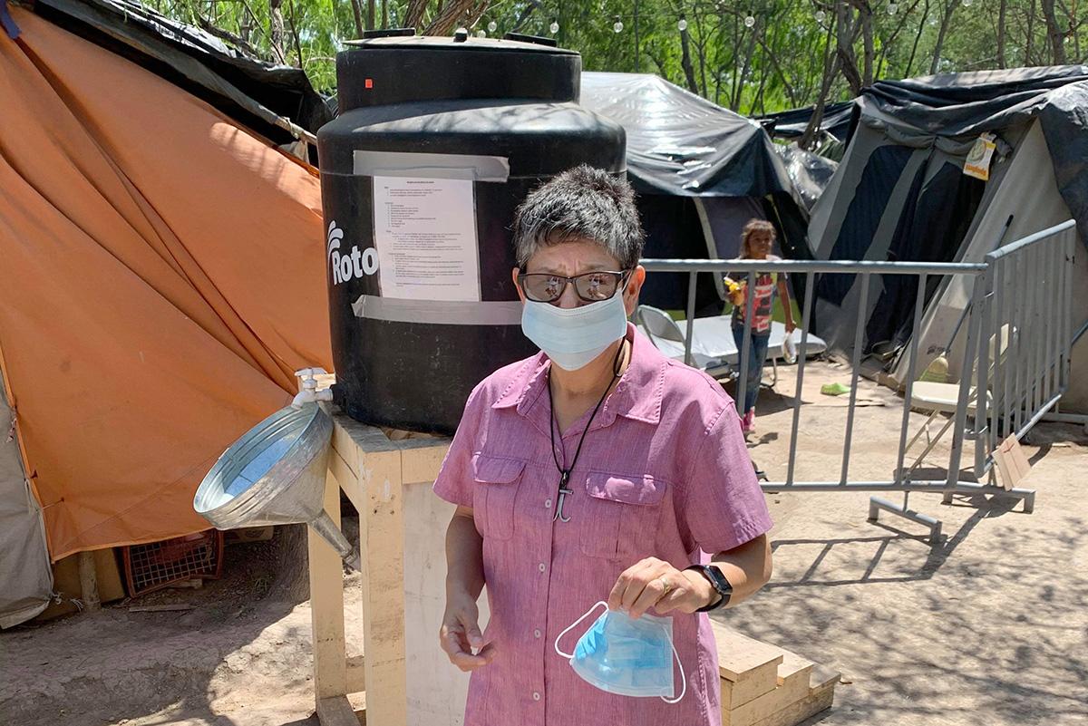 A diaconisa metodista unida Cindy Johnson visita regularmente os migrantes que vivem em um acampamento em Matamoros, México, enquanto procuram asilo nos Estados Unidos. O medo do coronavírus impediu que pessoas como Johnson fossem capazes de ministrá-las pessoalmente. Foto cedida por Cindy Johnson.