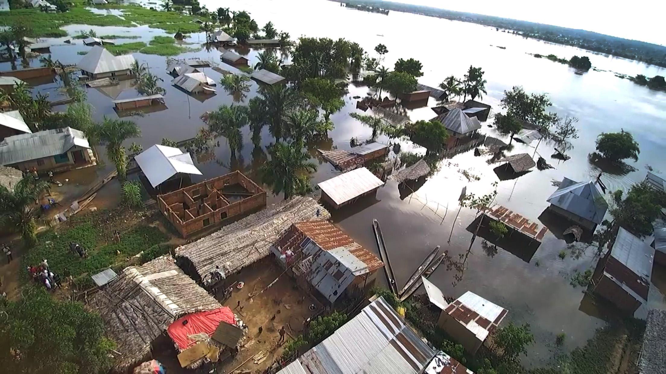 Une vue aérienne de maisons englouties par les eaux à Kindu, en RD Congo. Des pluies torrentielles ont provoqué le débordement du fleuve Congo en avril, affectant plus de 10 000 foyers à Kindu. Photo de Chadrack Tambwe Londe, UM News.