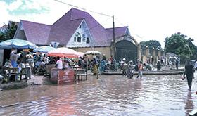 Les eaux de crue atteignent la clôture et la cour de la résidence de l'Evêque Gabriel Yemba Unda à Kindu, Congo. Photo de Chadrack Tambwe Londe, UM News.