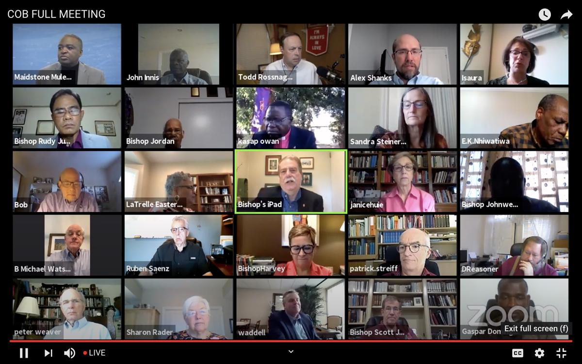 Une capture d'écran de la session virtuelle du Conseil des Evêques du 29 avril montre l'Evêque Kenneth H. Carter s'exprimant pendant que les évêques présents écoutent. L'Evêque Carter a prononcé son dernier discours en tant que président du Conseil des Evêques pendant cette session. Image fournie par le Conseil des Evêques via YouTube.