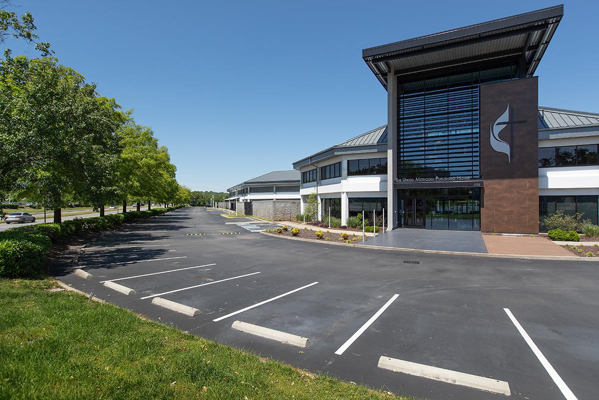 El estacionamiento de la Casa de Publicaciones Metodista Unida en Nashville, estado de Tennessee, se encuentra vacío al mediodía del viernes 1 de mayo de 2020. La agencia anunció que despedirá a casi una cuarta parte de su personal, en parte debido a la disminución de las ventas a raíz de la epidemia de coronavirus. Foto de Mike DuBose, Noticias MU.