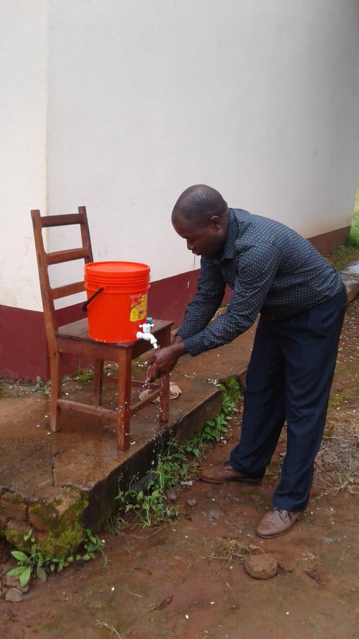 Superintendente Agostinho Nhampossa, do Campo Missionário de Niassa, lavando as mãos como umas das medidas de prevenção contra o COVID-19.