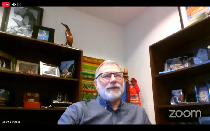El Obispo Robert Schnase presenta una moción durante una reunión en línea del Concilio Metodista Unido de Obispos/as que solicita la creación de un grupo de trabajo para buscar formas de llevar la sustenibilidad financiera al Fondo Episcopal. Captura de pantalla de la reunión de Zoom a través de Facebook por Noticias MU.