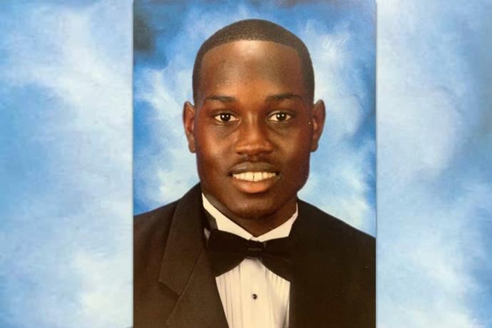Ahmaud Arbery, um homem de 25 anos de Brunswick, Geórgia, foi baleado e morto em 23 de fevereiro, mas foi somente após o lançamento de um vídeo do incidente em 5 de maio, que Gregory McMichael e seu filho, Travis McMichael, foram acusados do assassinato. Foto de família, cortesia do Twitter.